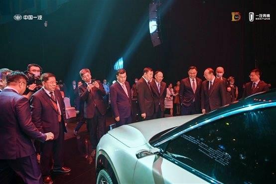 汽车在舞台上表演的几个人  中度可信度描述已自动生成