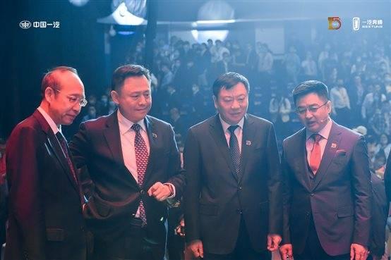 一群穿着西装的男人站在一起  描述已自动生成