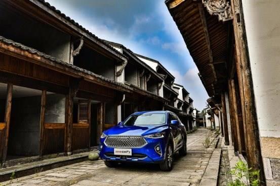 建筑外的蓝色汽车  描述已自动生成