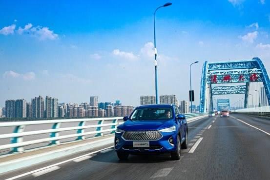 公路上有一辆蓝色的车在路上行驶  描述已自动生成